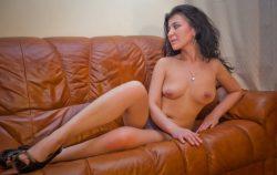 Милашка с прекрасной грудью нуждается в ласке, ищет мужчину для секса в Омске